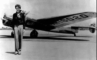 H θρυλική Αμερικανίδα αεροπόρος Αμέλια Έρχαρτ φωτογραφίζεται μπροστά από το δικινητήριο αεροπλάνο της, τύπου Lockheed Electra, με το οποίο θα εξαφανιστεί μυστηριωδώς στους αιθέρες του Ειρηνικού Ωκεανού, στις 2 Ιουλίου του 1937. Η φωτογραφία έχει τραβηχτεί την ίδια χρονιά, λίγο πριν την έναρξη μίας πτήσης της από το Όουκλαντ της Καλιφόρνιας με προορισμό τη Χονολουλού. (AP Photo)