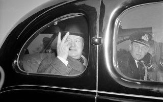 Με μία ιστορική ομιλία του στο ραδιόφωνο του BBC προς τους κατεχόμενους λαούς της Ευρώπης,  ο πρωθυπουργός του Ηνωμένου Βασιλείου, Ουίνστον Τσόρτσιλ, καθιερώνει το «σήμα της νίκης» (V sign ή V for Victory) ως το σήμα της επικράτησης επί της ναζιστικής τυραννίας, θέλοντας να τονώσει το ηθικό των υποδουλωμένων Ευρωπαίων και να τους «τραβήξει μακριά» από την προοπτική της συνεργασίας με τον κατακτητή, το 1941. (AP Photo)