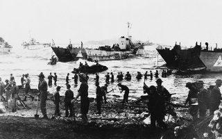 Βρετανοί και Αμερικανοί στρατιώτες αποβιβάζονται στις ακτές της Σικελίας, την ημέρα της έναρξης της συμμαχικής εισβολής στην ιταλική νήσο και συνάμα της Ιταλικής Εκστρατείας των Συμμάχων, το 1943. (AP Photo)