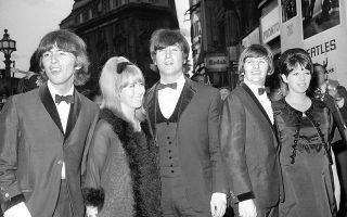 Παρά το πανδαιμόνιο που δημιούργησαν οι χιλιάδες θαυμαστές τους, ουρλιάζοντας, σπρώχνοντας, ακόμη και λιποθυμώντας, τα «Σκαθάρια» καταφθάνουν «ατσαλάκωτα» στο The London Pavilion, λίγο πριν από τη βασιλική πρεμιέρα της τελευταίας κινηματογραφικής ταινίας του συγκροτήματος, «Help!», στο Λονδίνο, το 1965. (AP Photo)
