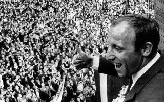 «Υποδοχή νικητών» για τους μεγάλους ηττημένους του τελικού του Παγκοσμίου Κυπέλλου Ποδοσφαίρου επεφύλασσε ο γερμανικός φίλαθλος κόσμος κατά την άφιξη της γερμανικής εθνικής ομάδας στη Φρανκφούρτη από το Λονδίνο, την επομένη του μεγάλου τελικού, το 1966. Εδώ, ο αρχηγός των «Πάντσερ», Ουί Σίλερ, χαιρετάει το πλήθος που έχει συγκεντρωθεί κάτω από το δημαρχείο της Φρανκφούρτης. (AP Photo/Kurt Strumpf)