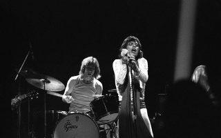 Ο Μικ Τζάγκερ γιορτάζει τα 29α γενέθλια του την ημέρα της ολοκλήρωσης μίας σχεδόν δίμηνης περιοδείας των Rolling Stones στις Ηνωμένες Πολιτείες, με τον frontman του συγκροτήματος να σβήνει τα κεράκια μίας τεράστιας τούρτας υπό έναν «κατακλυσμό» από μπαλόνια και κομφετί, κατά τη διάρκεια της τελευταίας συναυλίας της περιοδείας στο Μάντισον Σκουέαρ Γκάρντεν, στη Νέα Υόρκη, το 1972. (AP Photo)