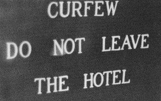 «Απαγόρευση της κυκλοφορίας. Μη φεύγετε από το ξενοδοχείο», προειδοποιεί αυτή η επιγραφή έξω από το ξενοδοχείο Χίλτον στη Λευκωσία, μετά την επιβολή του υποκινούμενου από τη Χούντα των Αθηνών πραξικοπήματος κατά του Αρχιεπίσκοπου Μακαρίου Γ', το 1974. (AP Photo)