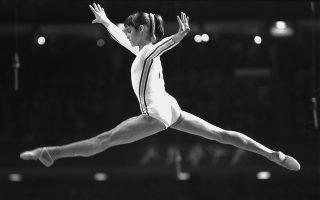 Η θρυλική Ρουμάνα αθλήτρια της ενόργανης γυμναστικής, Νάντια Κομανέτσι, παρουσιάζει μία από τις εντυπωσιακές και «τέλειες» ρουτίνες της, στους Ολυμπιακούς Αγώνες του Μοντρεάλ, το 1976. ASSOCIATED PRESS