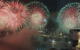 Η νύχτα γίνεται μέρα στο λιμάνι του Χονγκ Κονγκ, κατά τη διάρκεια της τελετής παράδοσης της παραθαλάσσιας περιοχής στην Κίνα, η οποία έδωσε τέλος στα 156 χρόνια βρετανικής αποικιοκρατίας, το 1997. (AP Photo/Paul Sakuma)