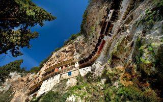 H Μονή Προδρόμου «κρέμεται»  πάνω από το φαράγγι του Λούσιου. (Φωτογραφία: ΚΛΑΙΡΗ ΜΟΥΣΤΑΦΕΛΛΟΥ)