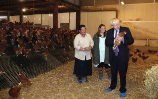 Μια αγροτική περιοχή της Ουαλλίας επισκέφθηκε χθες ο Μπόρις Τζόνσον για να εκφράσει τη στήριξή του στους γεωργούς και κτηνοτρόφους του Ηνωμένου Βασιλείου. Λίγο νωρίτερα, ο Βρετανός πρωθυπουργός είχε την πρώτη του τηλεφωνική συνομιλία με τον Ιρλανδό ομόλογό του, η οποία απέβη άκαρπη. Ωστόσο, ο κ. Τζόνσον είπε ότι η Βρετανία θα αποχωρήσει από την Ε.Ε. στις 31 Οκτωβρίου «ό,τι και να γίνει».