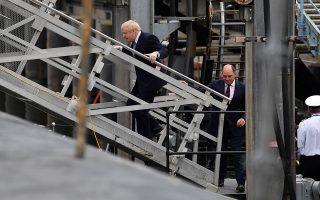 Ο πρωθυπουργός της Βρετανίας σε επίσκεψη στη ναυτική βάση του HM Clyde, στη Σκωτία, μαζί με τον υπουργό Αμυνας Μπεν Γουάλας.