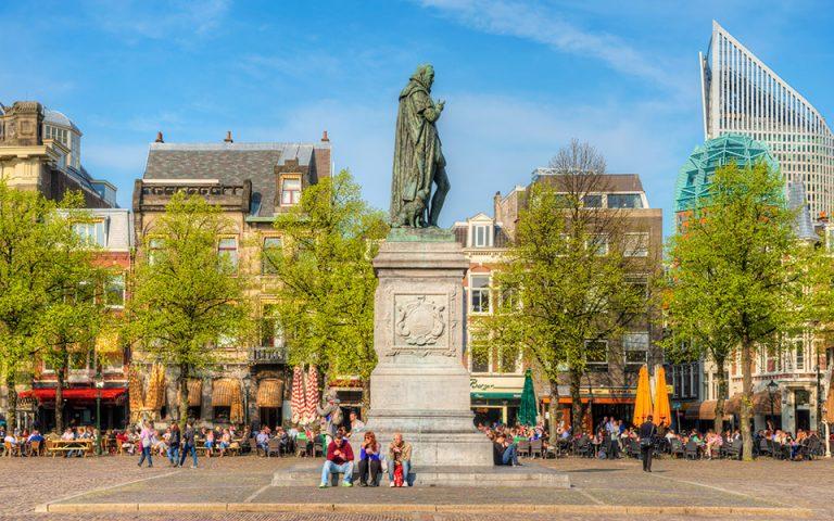 Aπολαμβάνοντας τον ήλιο  στην πλατεία Het Plein, στην παλιά πόλη της Χάγης. (Φωτογραφία: VISUALHELLAS.GR)
