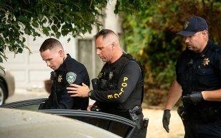 Αστυνομικοί πραγματοποιούν ελέγχους μετά την ένοπλη επίθεση σε φεστιβάλ τροφίμων, την Κυριακή το βράδυ, στο Γκίλροϊ της Καλιφόρνιας. Τρία άτομα έχασαν τη ζωή τους, μεταξύ αυτών ένα αγόρι έξι ετών, και δεκάδες τραυματίστηκαν, ενώ και ο 19χρονος δράστης έπεσε νεκρός από αστυνομικά πυρά.