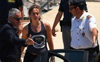 Μέσα σε λίγα εικοσιτετράωρα, στη Γερμανία και στην Ιταλία συγκεντρώθηκε 1,4 εκατ. ευρώ για την υποστήριξη της Καρόλα Ρακέτε, η οποία συνελήφθη αμέσως μόλις το πλοίο της έδεσε στο λιμάνι. REUTERS/GUGLIELMO MANGIAPANE