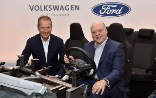 Ο CEO της Ford Jim Hackett στο τιμόνι με «συνοδηγό» τον ομόλογό του της Volkswagen Dr Herbert Diess.