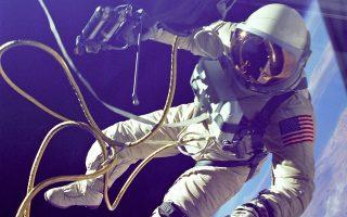 Ο Αμερικανός Εντ Γουάιτ στον πρώτο «διαστημικό περίπατο» των ΗΠΑ, στις 3 Ιουνίου 1965, με την αποστολή «Δίδυμοι 4». Δύο χρόνια αργότερα βρήκε τραγικό θάνατο, μαζί με τους Γκας Γκρίσομ και Ρότζερ Τσάφι, στη δοκιμή «Απόλλων 1». Στο διήγημα του Ντον Ντελίλλο, δύο αστροναύτες βρίσκονται σε τροχιά γύρω από τη Γη.