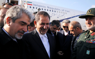 O αντιπρόεδρος του Ιράν Εσάκ Τζαχανγκιρί (Κ) δήλωσε μεταξύ άλλων ότι η μείωση των δεσμεύσεων που ανέλαβε το Ιράν βάσει της πυρηνικής συμφωνίας μπορεί να αντιστραφεί αν τα υπόλοιπα μέρη διατηρήσουν τη θέση τους στη συμφωνία.