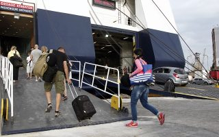 Τουρίστες επιβιβάζονται σε πλοίο στο λιμάνι του Πειραιά, Σάββατο 15 Αυγούστου 2015. Μαζική αναμένεται να είναι η έξοδος των αθηναίων και αυτό το Σαββατοκύριακο. ΑΠΕ-ΜΠΕ/ΑΠΕ-ΜΠΕ/ΑΛΕΞΑΝΔΡΟΣ ΒΛΑΧΟΣ