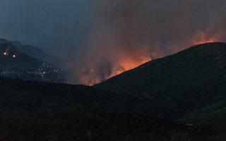 Καπνοί από την πυρκαγιά που ξέσπασε στα Μανίκια Ευβοίας σε αγροτοδασική έκταση, με κατεύθυνση τον οικισμό Θαρρούνια, την Πέμπτη 4 Ιουλίου 2019. Μετά από εισήγηση του Επικεφαλής των Πυροσβεστικών Δυνάμεων πραγματοποιήθηκε προληπτική οργανωμένη απομάκρυνση των κατοίκων της Τοπικής Κοινότητας Μακρυχωρίου Ευβοίας, και μεταφορά τους σε ασφαλές σημείο με ενέργειες του Δήμου Κύμης - Αλιβερίου. Στο σημείο επιχειρούν 70 πυροσβέστες με 31 οχήματα και δύο ομάδες πεζοπόρου τμήματος με 12 πυροσβέστες ενώ από αέρος επιχειρούν 5 αεροσκάφη και 4 ελικόπτερα. ΑΠΕ-ΜΠΕ/ΑΠΕ-ΜΠΕ/ΒΑΣΙΛΗΣ ΑΣΒΕΣΤΟΠΟΥΛΟΣ
