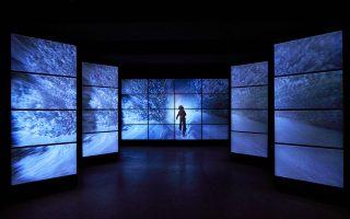 Στην είσοδο, σε μια εγκατάσταση από οθόνες, προβάλλονται σκηνές από τις διάσημες ταινίες  –εδώ από τη «Λάμψη»–  του Στάνλεϊ Κιούμπρικ.