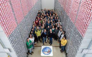 Η ομάδα των επιστημόνων του IODP, που επεξεργάστηκε τα στοιχεία από τον Κορινθιακό. Δεξιά, τομή του ιζήματος που μελετάται.