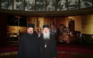 Ο ελληνορθόδοξος μητροπολίτης Ζάμπιας κ. Ιωάννης (αριστερά) και ο ορθόδοξος μητροπολίτης του Γκόρι, Ανδρέας, στο μουσείο προς τιμήν του Ιωσήφ Στάλιν. Ο μητροπολίτης Ανδρέας, κάθε χρόνο στην επέτειο του θανάτου του, τελεί μνημόσυνο στη μνήμη του.