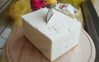 Στην περίπτωση του Brexit χωρίς συμφωνία, ένα από τα κυριότερα προϊόντα που εξάγει η Ελλάδα στη Βρετανία, το τυρί φέτα, θα επιβαρύνεται με δασμό 151 ευρώ/100 κιλά ή 1,51 ευρώ/κιλό.