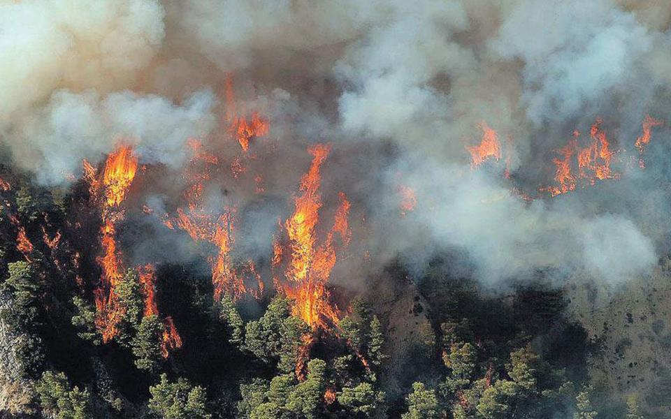 Σε εξέλιξη πυρκαγιά στο Κιάτο Κορινθίας