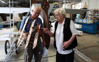 Ο Νίκος Στεφάνου και ο Βασίλης Σακκής, κατασκευαστής και ζωγράφος σκηνικών, συνεργάζονται για να φτιάξουν το αεροπλάνο του Καμπέρου.