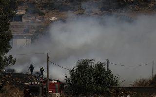 Πυροσβέστες επιχειρούν κατάσβεση κατά τη διάρκεια πυρκαγιάς σε παράνομη χωματερή στο Μαρκόπουλο, κοντα στην Αθήνα, Κυριακή 21 Ιουλίου 2019.  ΑΠΕ-ΜΠΕ/ΑΠΕ-ΜΠΕ/ΓΙΑΝΝΗΣ ΚΟΛΕΣΙΔΗΣ
