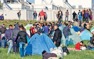 Κατασκήνωση ομάδας προσφύγων έξω από το στρατόπεδο Αναγνωστοπούλου, στα Διαβατά Θεσσαλονίκης.