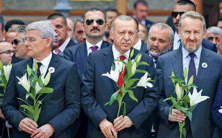 Ο Ταγίπ Ερντογάν ανάμεσα σε ηγέτες των Βόσνιων μουσουλμάνων, στην τελετή για τη σφαγή της Σρεμπρένιτσα.