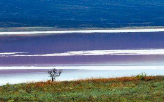 Η λίμνη Τσοράκ, στη χερσόνησο της Κριμαίας, που ενσωματώθηκε στη Ρωσική Ομοσπονδία το 2014, βυθίζοντας στο ναδίρ τις σχέσεις της με Ουκρανία.