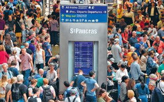 Aπίστευτη ταλαιπωρία περίμενε, εν μέσω καύσωνα, χιλιάδες ταξιδιώτες που κατέκλυσαν τον σιδηροδρομικό σταθμό St Pancras του Λονδίνου, προκειμένου να ταξιδέψουν με το Eurostar. Τα δρομολόγια μεταξύ Λονδίνου και Παρισιού διακόπηκαν λόγω προβλήματος σε εναέριο καλώδιο τροφοδοσίας στον σιδηροδρομικό σταθμό Gare du Nord, στην Πόλη του Φωτός. Γενικά στη Βρετανία ο καύσωνας και οι καταιγίδες που ακολούθησαν προκάλεσαν χάος σε αεροπορικές και σιδηροδρομικές συγκοινωνίες, με πολλές ματαιώσεις και καθυστερήσεις των δρομολογίων.