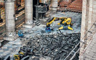 Λίγο έλειψε να καταστραφεί ολοκληρωτικά από την πυρκαγιά της 15ης Απριλίου η Παναγία των Παρισίων, αναφέρει έρευνα των New York Times. Σώθηκε μόνο χάρη στις υπεράνθρωπες προσπάθειες και στην αυτοθυσία των πυροσβεστών. Ακόμα και σήμερα, τρεις μήνες μετά, ρομποτικοί εκσκαφείς συγκεντρώνουν και απομακρύνουν συντρίμμια από το εσωτερικό της.