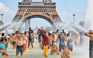 Προσωρινή ανάσα δροσιάς αναζήτησαν οι κάτοικοι του Παρισιού στο σιντριβάνι του Τροκαντερό, υπό τη σκιά του Πύργου του Αϊφελ. Η Δυτική Ευρώπη «ψήνεται» και ο υδράργυρος έχει φτάσει σε πρωτοφανή ύψη. Στο Παρίσι άγγιξε τους 40,4 βαθμούς, σπάζοντας το ρεκόρ του 1947. Αντιστοίχως, ρεκόρ υψηλότερης θερμοκρασίας κατέγραψαν το Βέλγιο, η Ολλανδία και η Γερμανία.