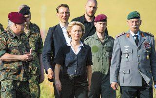 Μικροκαμωμένη η Γερμανίδα υπουργός Αμυνας, ανέλαβε το πόστο της από το 2013 και ήταν στο πλευρό της, Αγκελα Μέρκελ από την πρώτη κυβέρνησή της.