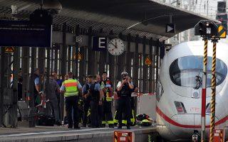 Aστυνομικοί αποκλείουν την αποβάθρα του κεντρικού σταθμού της Φρανκφούρτης, από την οποία ένας άνδρας έσπρωξε στις ράγες ένα παιδί 8 ετών, με συνέπεια να χάσει τη ζωή του.