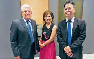 Ο Κυριάκος Κουτσομάλλης με τον πρέσβη της Ιαπωνίας στην  Ελλάδα Γιασουχίρο Σιμίζου και τη σύζυγό του.