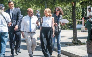 Η κ. υπουργός καθ' οδόν προς την ορκωμοσία. Ο άχαρος και παχουλός ψηλέας με το σκούρο κοστούμι, που διακρίνεται αριστερά, πρέπει να είναι ο σωματοφύλακάς της...