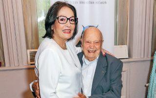 Η Ελληνίδα τραγουδίστρια στην αγκαλιά του Μίμη Πλέσσα, σε μια τρυφερή στιγμή της βράβευσης.
