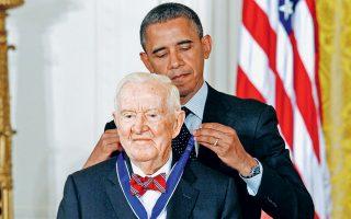 Ο  Μπαράκ Ομπάμα απονέμει το Προεδρικό Μετάλλιο της Ελευθερίας στον Τζον Πολ Στίβενς (1920-2019) σε ειδική τελετή στον Λευκό Οίκο στις 29 Μαΐου 2012.
