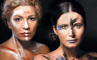 Στιγμιότυπο της παράστασης «Οι ερωμένες στον καμβά» από το θεατρικό έργο της Σοφίας Καψούρου.