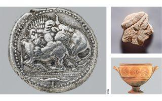 Αργυρό τετράδραχμο Ακάνθου, 525-500 π.Χ., τμήμα μαρμάρινου αναγλύφου, Στάγειρα, 500 π.Χ. (επάνω δεξιά), και κρατηρόσχημος σκύφος, Ζαγορά Ανδρου, 925-850 π.Χ. (κάτω δεξιά).