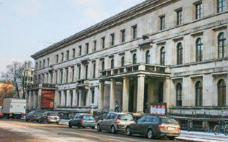 Το Φίρερμπαου, στο Μόναχο, όπου ο Χίτλερ κρατούσε ένα γραφείο, δέχθηκε την εισβολή πολιτών τον Απρίλιο του 1945 οι οποίοι πλιατσικολόγησαν πολλά έργα τέχνης.