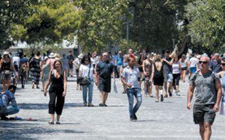 Υπάρχουν μεσημέρια, λένε οι κάτοικοι, που καταφθάνουν μέχρι και 7.000 άτομα, τα οποία κατευθύνονται στην Ακρόπολη.