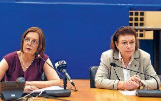 Η τέως υπουργός κ. Μυρσίνη Ζορμπά και η νυν κ. Λίνα Μενδώνη (δεξιά) κατά την τελετή.