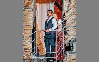 Το φρούριο μετατρέπεται θαυμάσια σε χωριό της Σικελίας για την όπερα «Cavalleria Rusticana».