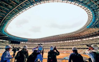 Το Εθνικό Στάδιο του Τόκιο καλωσόρισε χθες τους πρώτους επισκέπτες του, όμως θα ολοκληρωθεί στις 21 Δεκεμβρίου.