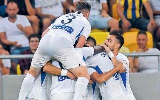 Οι παίκτες του Ατρομήτου πανηγυρίζουν το πρώτο τους γκολ στη Σλοβακία.