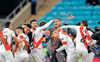 Το Περού απέκλεισε με το εμφατικό 3-0 τη Χιλή, την κάτοχο των δύο τελευταίων Κόπα Αμέρικα, και μοιάζει ικανό για νέα έκπληξη κόντρα στη Βραζιλία.