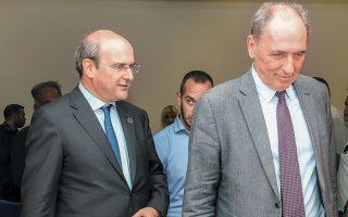 Ο Γ. Σταθάκης υποδέχεται τον διάδοχό του Κ. Χατζηδάκη στο υπουργείο Περιβάλλοντος και Ενέργειας.