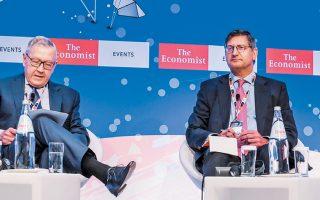 Ο διευθύνων σύμβουλος της Εθνικής Τράπεζας Παύλος Μυλωνάς (δεξιά) στο πάνελ του συνεδρίου του Economist με τον επικεφαλής του ESM Κλάους Ρέγκλινγκ. Ο επικεφαλής της Εθνικής εμφανίστηκε αισιόδοξος ότι οι τράπεζες θα πετύχουν τον στόχο μείωσης των κόκκινων δανείων κατά 50 δισ. έως το τέλος του 2021.